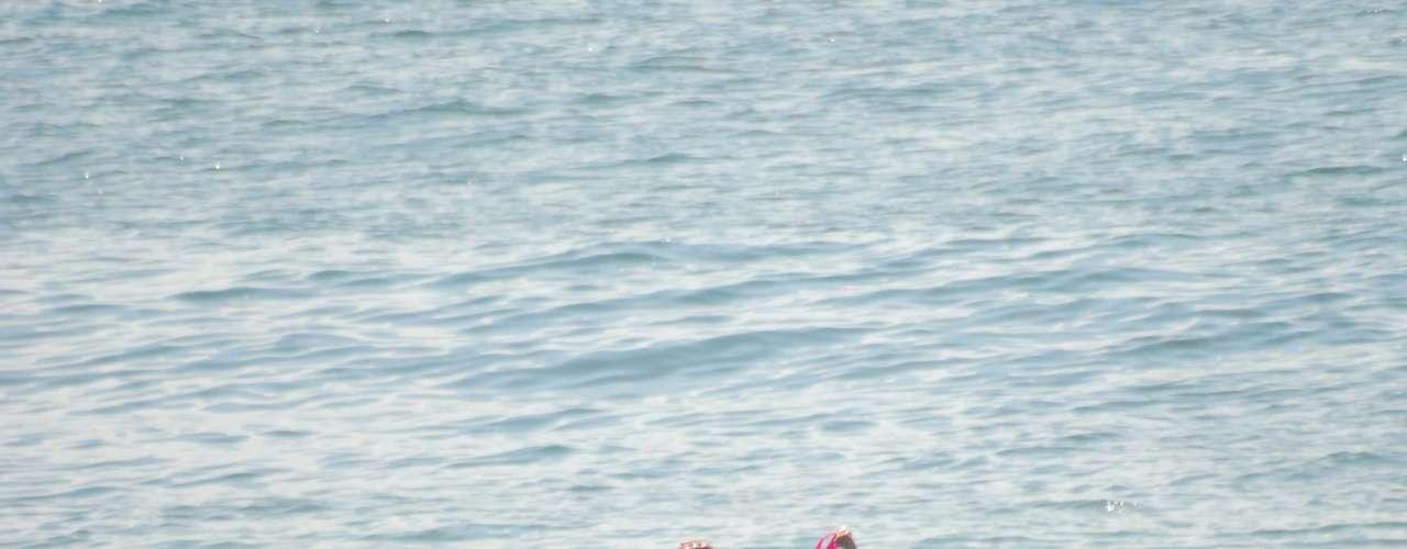 22 de fevereiro -Banhistas se divertem na praia de Copacabana