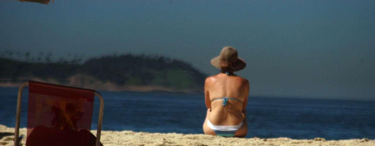 22 de fevereiro -Banhistas tomam sol na praia de Ipanema