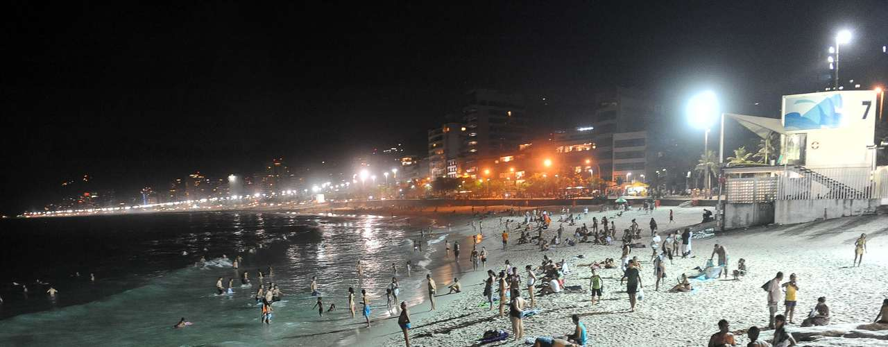 21 de fevereiro - Banhistas apinham-se nas areias da praia carioca