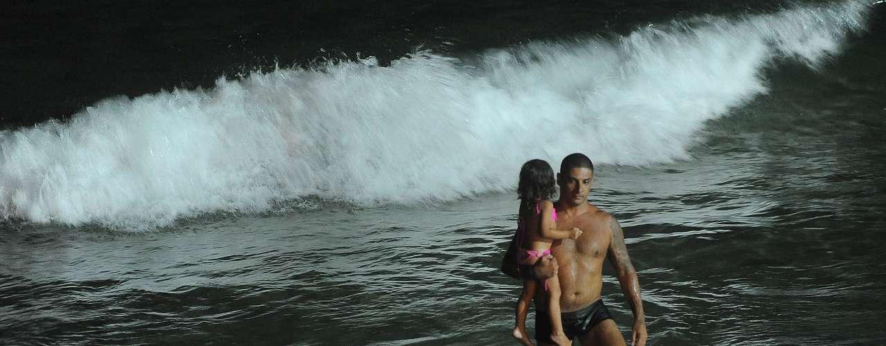 21 de fevereiro -Com mar calmo, alguns cariocas arriscam jacarés nas ondas pequenas ecrianças fazem castelos de areia
