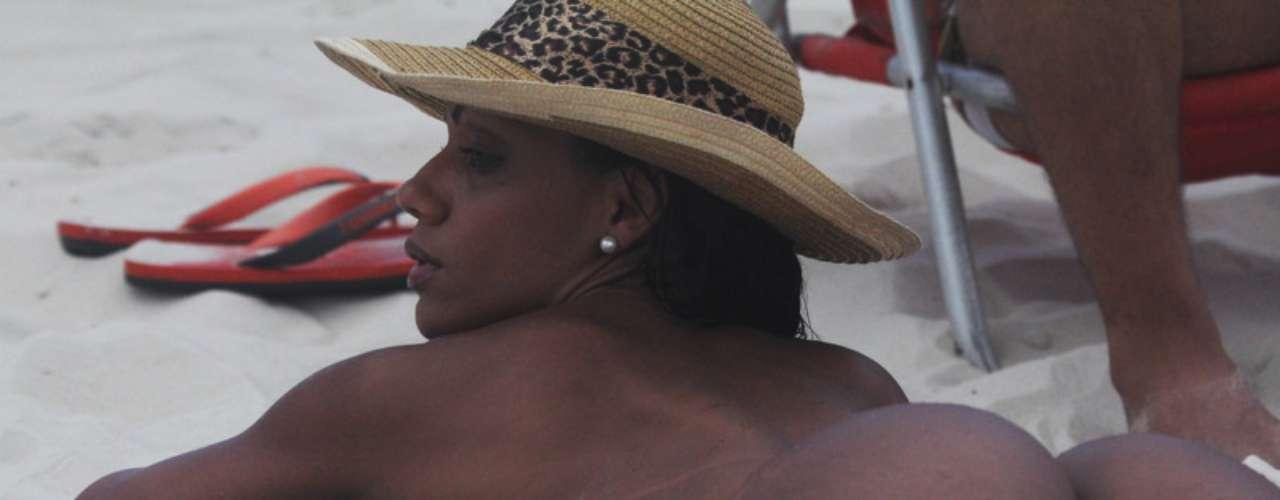 Musa da Mocidade Independente, Ana Paula Evangelista foi à praia da Barra da Tijuca, no Rio de Janeiro, neste sábado (23)