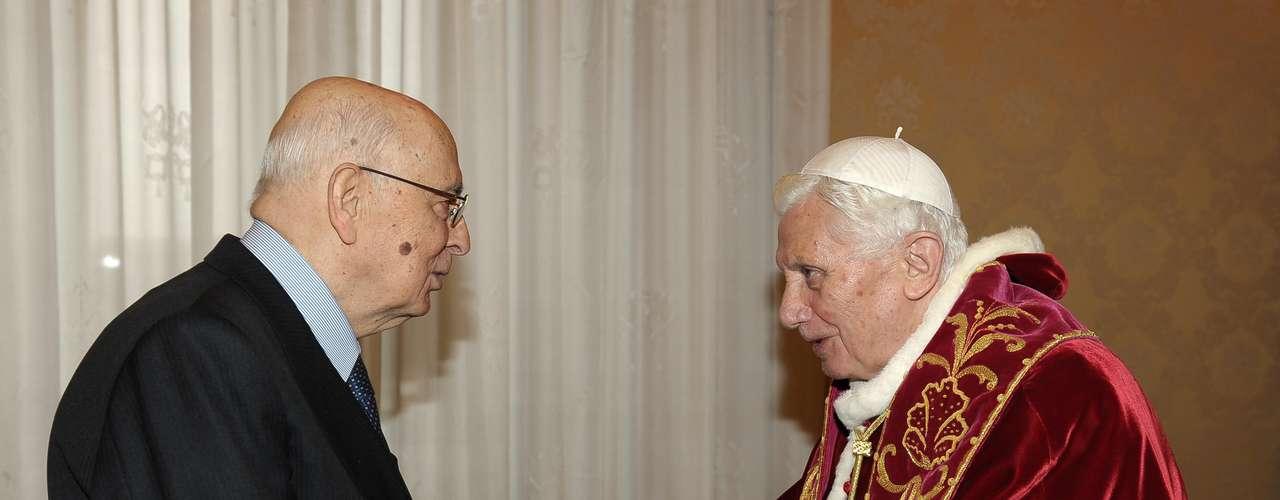 OPapa Bento XVI, à direita, recebe presidente italiano, Giorgio Napolitano posar para os fotógrafos, por ocasião do seu encontro, no Vaticano