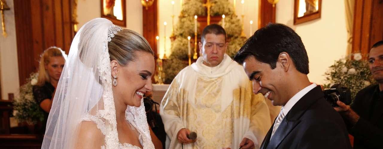A ex-paquita Thalita Ribeiro e o ator Patrick de Oliveira se casaram na noite de sábado (23), na Igreja Nossa Senhora da Luz, no Alto da Boa Vista, no Rio de Janeiro. Os dois optaram por uma cerimônia tradicional, em que a noiva usou um vestido branco, véu e grinalda, e o noivo vestiu um terno