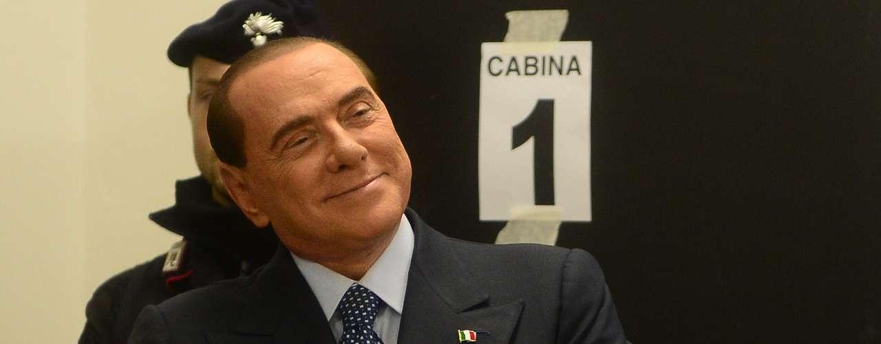 O ex-primeiro-ministro italiano Silvio Berlusconi vota nas eleições parlamentares do país neste domingo em Milão. Berlusconi, que renunciou ao cargo em 2011, ele tenta assumir o comanda da Itália pela quarta vez