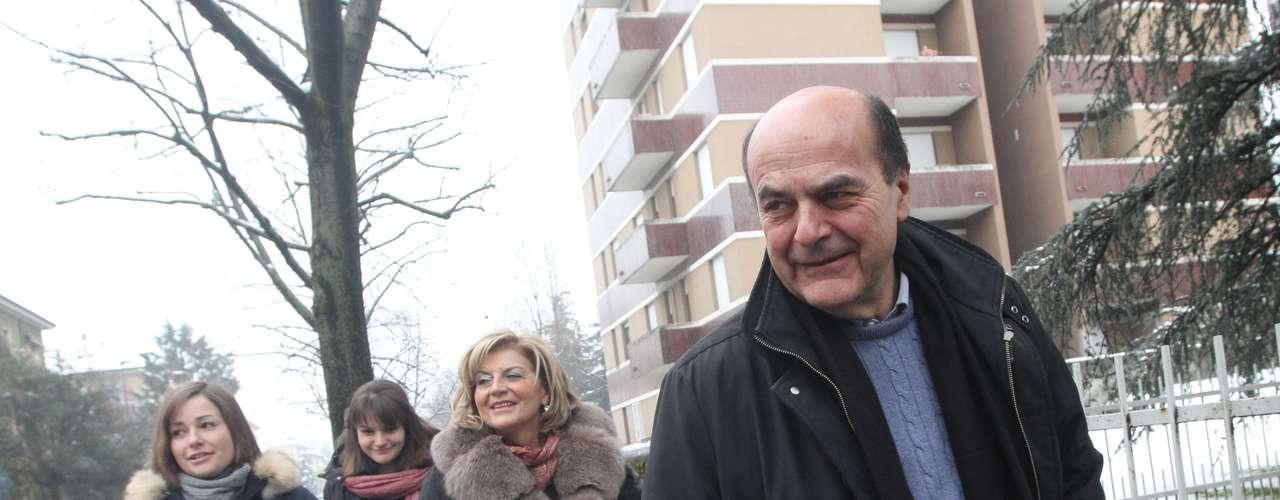 Bersani, que lidera uma coalizão de centro-esquerda, chegou para seção eleitoral acompanhado da mulher Daniela Ferrari (segunda à esquerda) e das filhas Elisa e Margherita