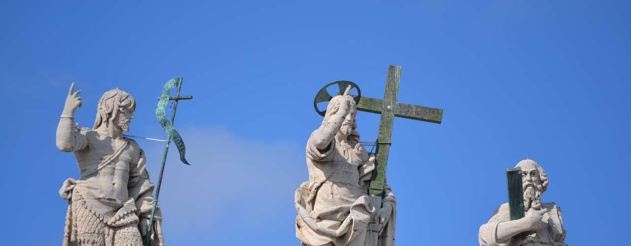 Detalhe da imagem de Jesus Cristo no alto da Basílica de São Pedro