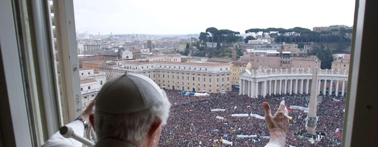 Papa abençoou os fiéis reunidos na Praça de São Pedro pela última vez neste domingo. Turistas e religiosos vieram de diversas partes do mundo para acompanhar a última oração do Ângelus comandada pelo Papa, que deixa o posto na próxima quinta-feira