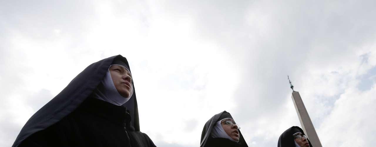 Freiras acompanham a última oração do Ângelus comandada por Bento XVI
