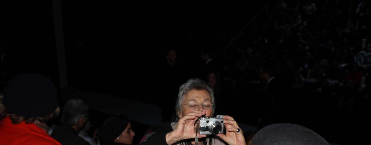 Antes de começar o desfile, a irmã de Giorgio Armani se divertia fazendo fotos