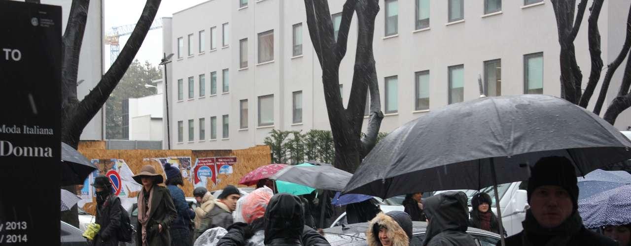 O trânsito dánó perto das entradas dos desfiles