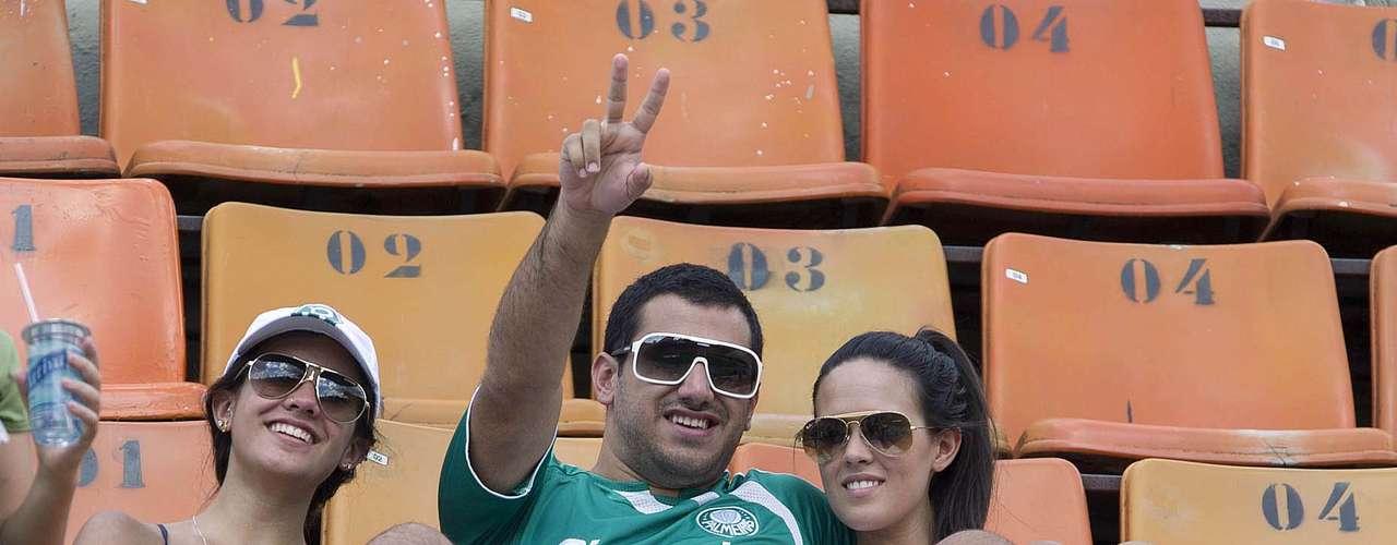 Milhares de torcedores compareceram neste domingo ao Estádio do Pacaembu para acompanhar o jogo entre Palmeiras e União Barbarense neste domingo. O time alviverde levou a melhor e venceu por 1 a 0, graças a um gol do atacante Leandro. Confira imagens da movimentação nas arquibancadas: