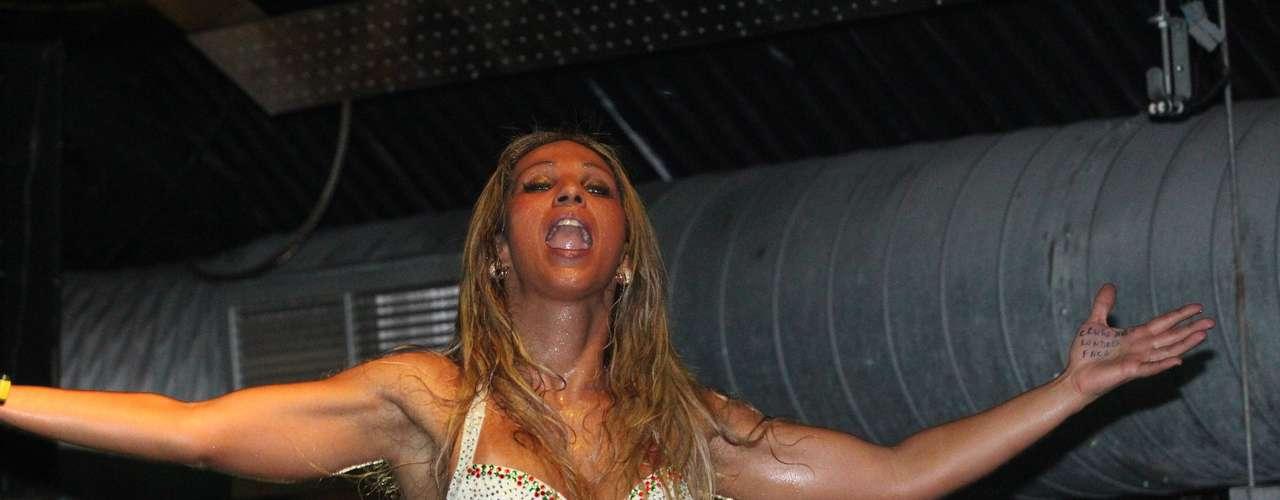 Valesca Popozuda encerrou a primeira fase de sua turnê na Europa com um show em Londres. Usando um macacão branco justo com muito brilho e sapatos combinando, ela animou o público e desceu até o chão na apresentação, que aconteceu no último domingo (24)