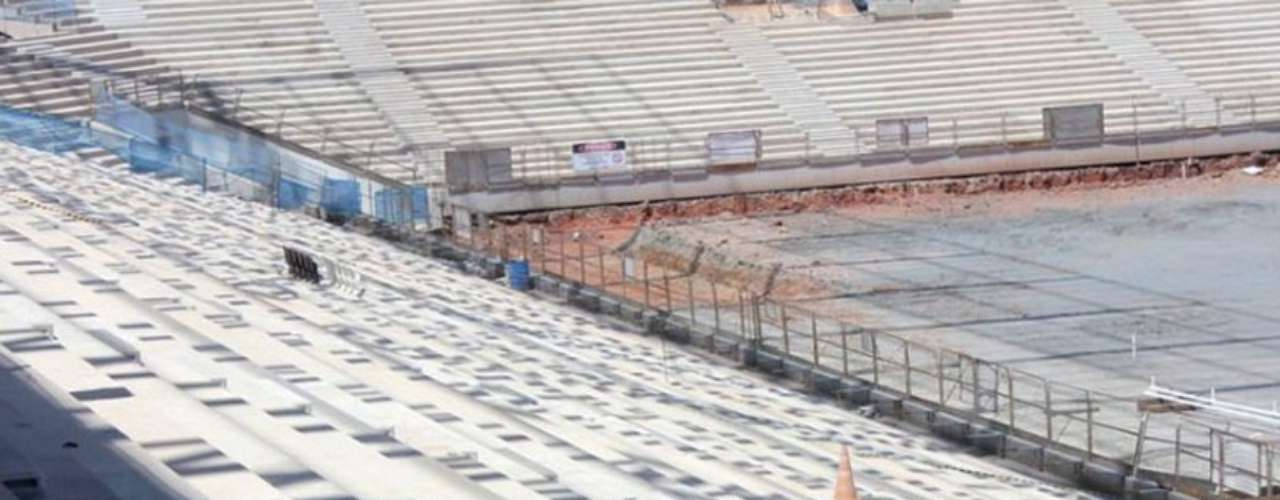 25 de fevereiro de 2013: utilizando escavadeiras hidráulicas e caminhões, Odebrecht dá sequência à construção da Arena Corinthians