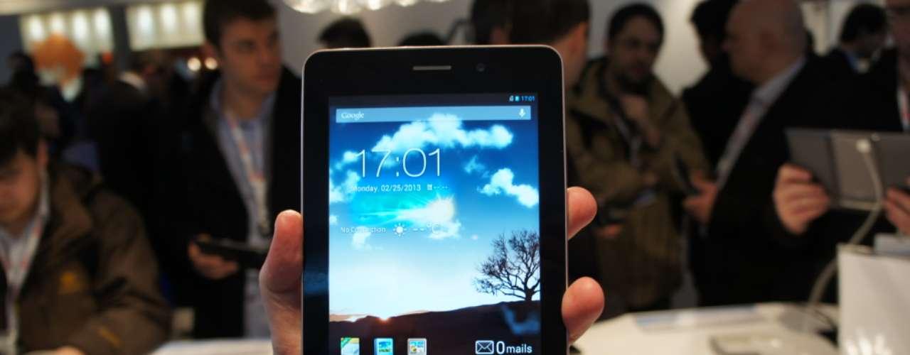 O Asus Fonepad é um modelo de 7 polegadas que também funciona como telefone. Ele usa um processador Atom Z2420 (codinome Lexington) de 1,2 GHz (single-core) e usa a mesma tela HD (1200 x 800) IPS do Nexus 7.O Fonepad tem câmeras frontal e traseira (1,2 e 3 megapixels, respectivamente) e entrada para cartões de memória (microSD). O armazenamento fica com opções de 8 GB ou 16 GB