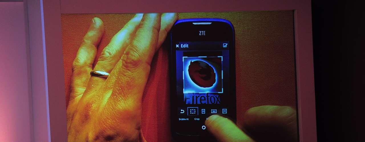 A Mozilla mostrou durante conferência na Mobile World Congress, em Barcelona, o modelo de smartphone da ZTE que chegará às lojas rodando o Firefox OS. O Brasil será o primeiro país a receber o aparelho