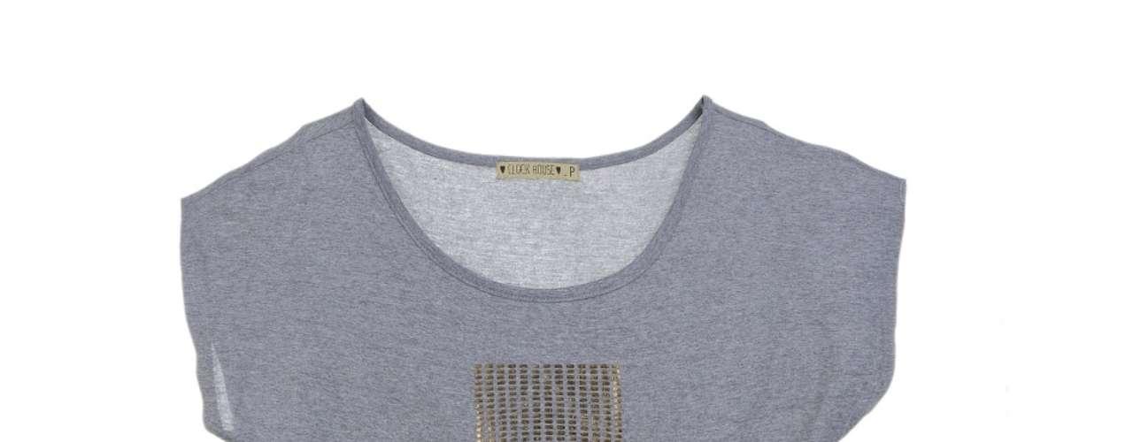 Camiseta cinza com cruz dourada, da C&A. Preço: R$29,90.Informações:(11) 2167-0040
