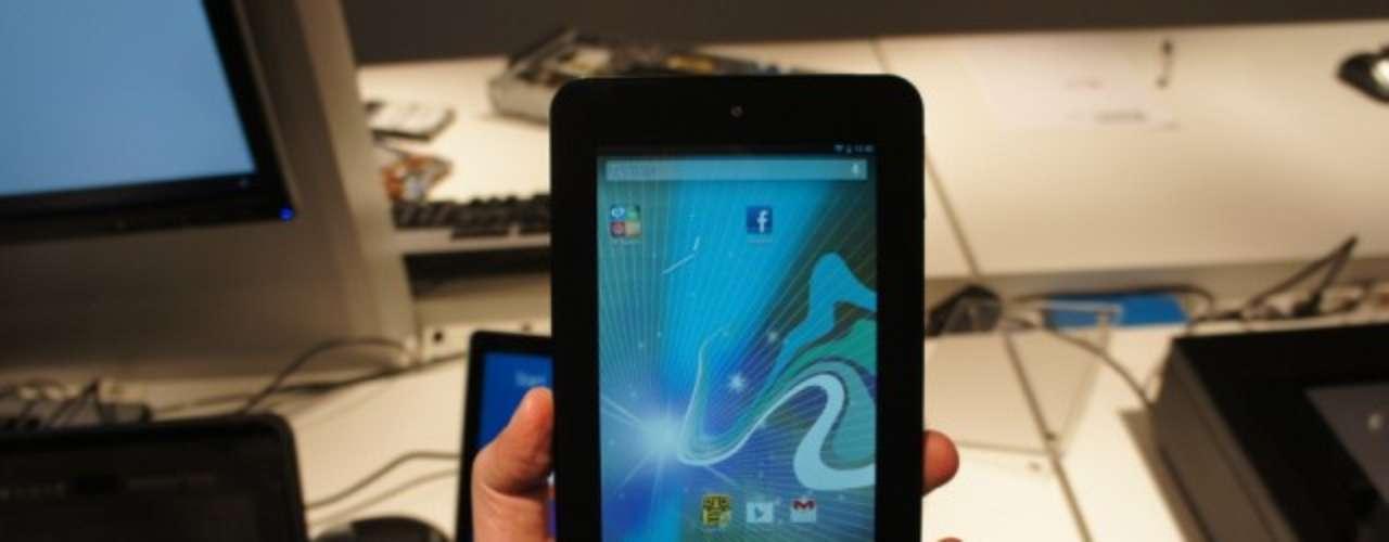 HP Slate 7 é um tablet leve (368 gramas) com uma tela de 7 polegadas que promete boa visualização com iluminação forte. As especificações técnicas do Slate 7 incluem ainda um processador A9 dual-core de 1,6 GHz e uma câmera de 3 megapixels de resolução, mais uma VGA frontal para videochamadas