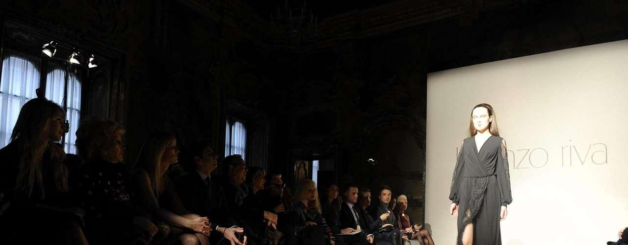 O estilista italiano Lorenzo Riva,conhecido pelo seu jeito irreverente de ser, levou para a passarela peças com silhueta das décadas de 60 e 70, com recortes reinventados, que ele definiu como building-style