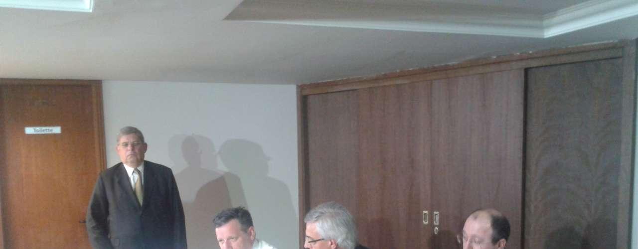 25 de fevereiro - O advogado da Sociedade Evangélica Beneficente de Curitiba, Gláucio Antônio Pereira (em pé), o diretor técnico do Hospital Evangélico, Luiz Felipe Mendes, e o advogado da instituição, Helio Gomes Coelho Júnior. Eles informaram que pediramo afastamento da delegada titular do Núcleo de Repressão a Crimes contra a Saúde (Nucrisa), Patrícia Brisola, por violação do segredo de Justiça do Inquérito Policial