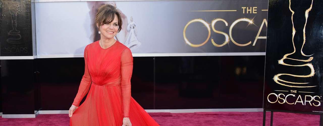 Sally Field - Sally Field optou por um vestido vermelho Valentinocom muito tecido na saia, que se prolonga em uma cauda. Foram babados demais e sem necessidade. A melhor opção seria adotar o ditado menos é mais.