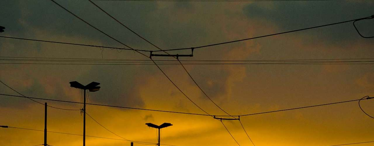 25 de fevereiro - No primeiro dia sem chuva após dias, São Paulo tem pôr-do-sol amarelado