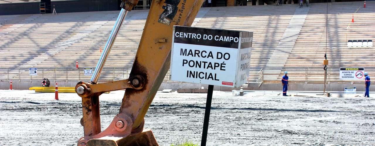 25 de fevereiro de 2013: Odebrecht deu início à escavação da área central da Arena, onde será colocado o gramado. Serão retirados 6.000 m cúbicos de terra; primeiro trecho foi o com a demarcação de onde será dado o toque inicial da Copa de 2014