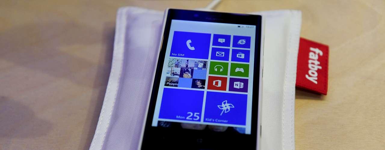 Em Barcelona, a Nokia expõe o travesseiro que carrega baterias de celulares sem fio. Basta colocar o aparelho para uma 'soneca' no gadget. Ele está disponível em cinco cores: amarelo, preto, azul, branco e vermelho e é recomendado para os modelos Lumia 720, 920 e 820