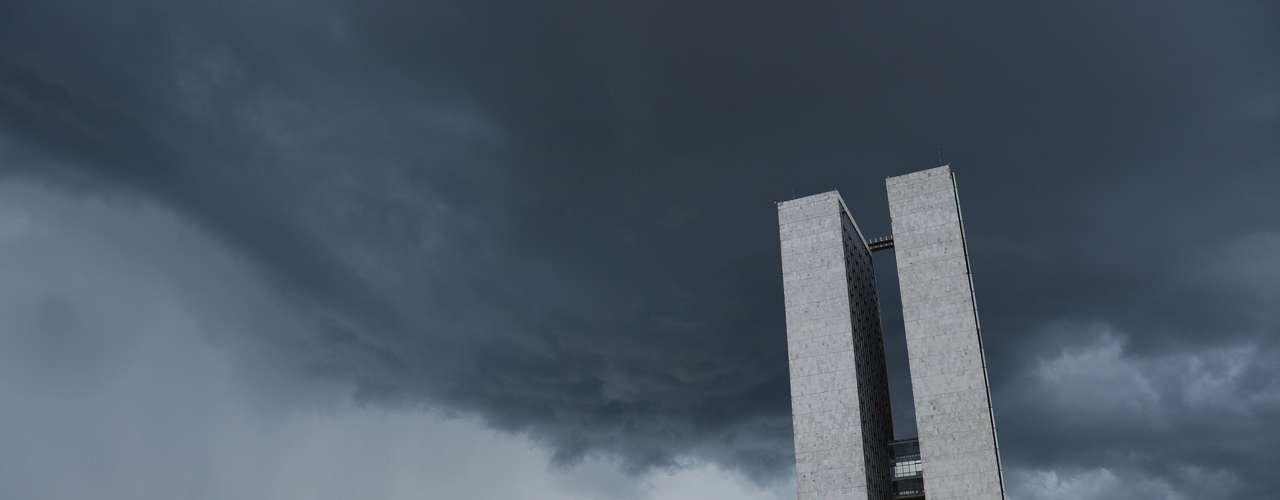 26 de fevereiro - Depois de vários dias com muito sol, calor e pouca chuva, o tempo voltou a ficar instável na região de Brasília. Uma grande quantidade de nuvens escuras mudou o cenário na Esplanada dos Ministérios