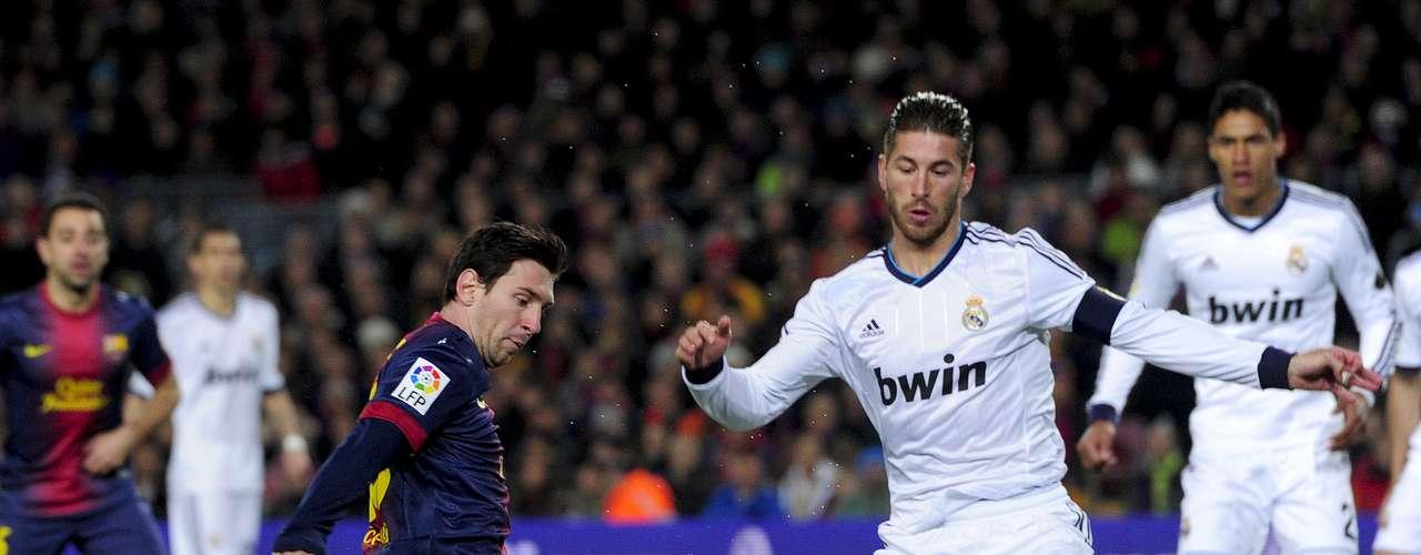 Lionel Messi arrisca finalização no começo da partida