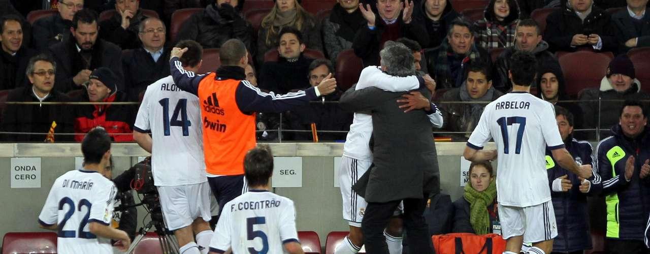 Jogadores do Real Madrid festejam gol com o técnico José Mourinho