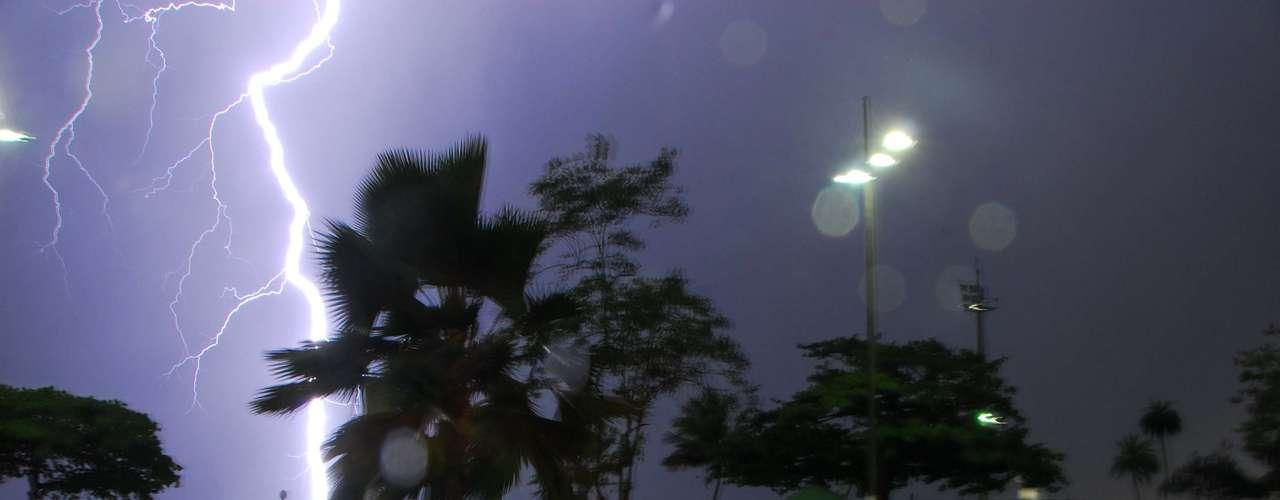 25 de fevereiro -Raio é visto próximo à Ponta da Praia, em Santos (SP). Uma forte chuva acompanhada de ventania atinge a cidade