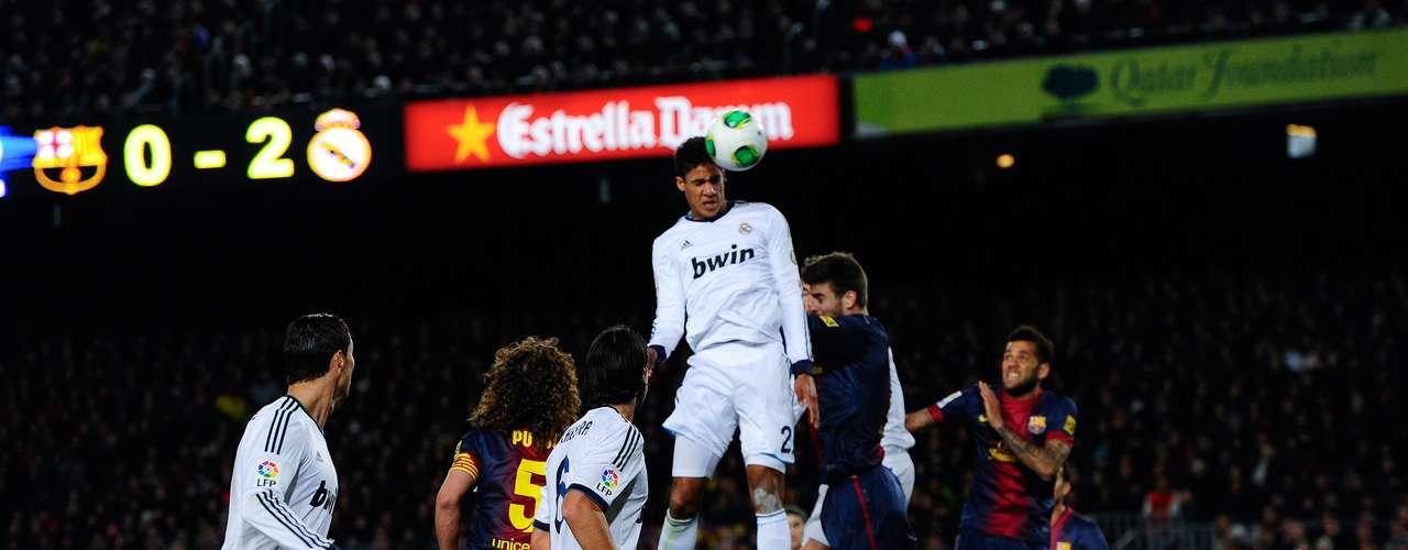 Raphael Varane sobe alto para fazer o terceiro gol do Real Madrid