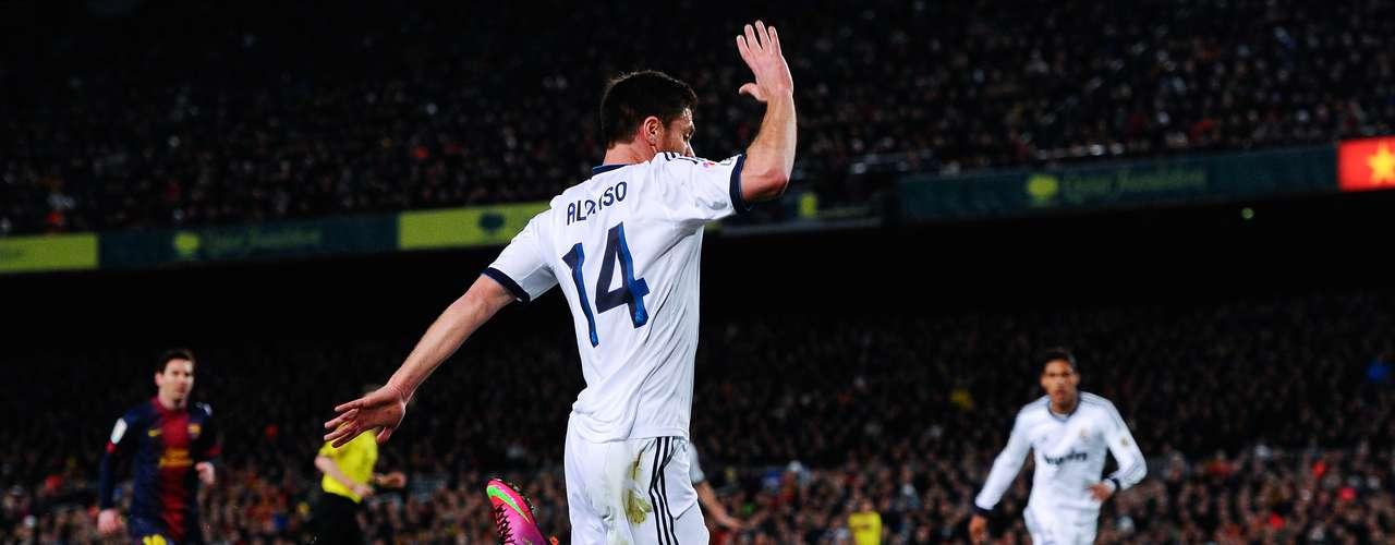 Xabi Alonso chega na marcação de Pedro, que despenca no gramado