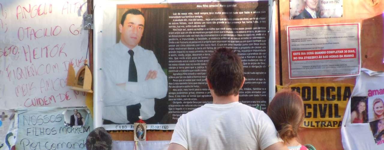 26 de fevereiro A frente da Boate Kiss, que virou o local das homenagens às vítimas, recebe visitas um mês após a tragédia