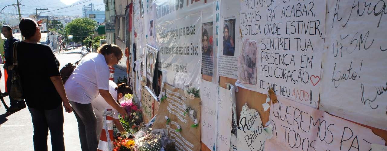 27 de fevereiro -Homenagens também ocorreram em frente à casa noturna