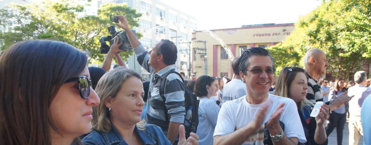 27 de fevereiro - Participantes da manifestação bateram palmas por cerca de 20 minutos