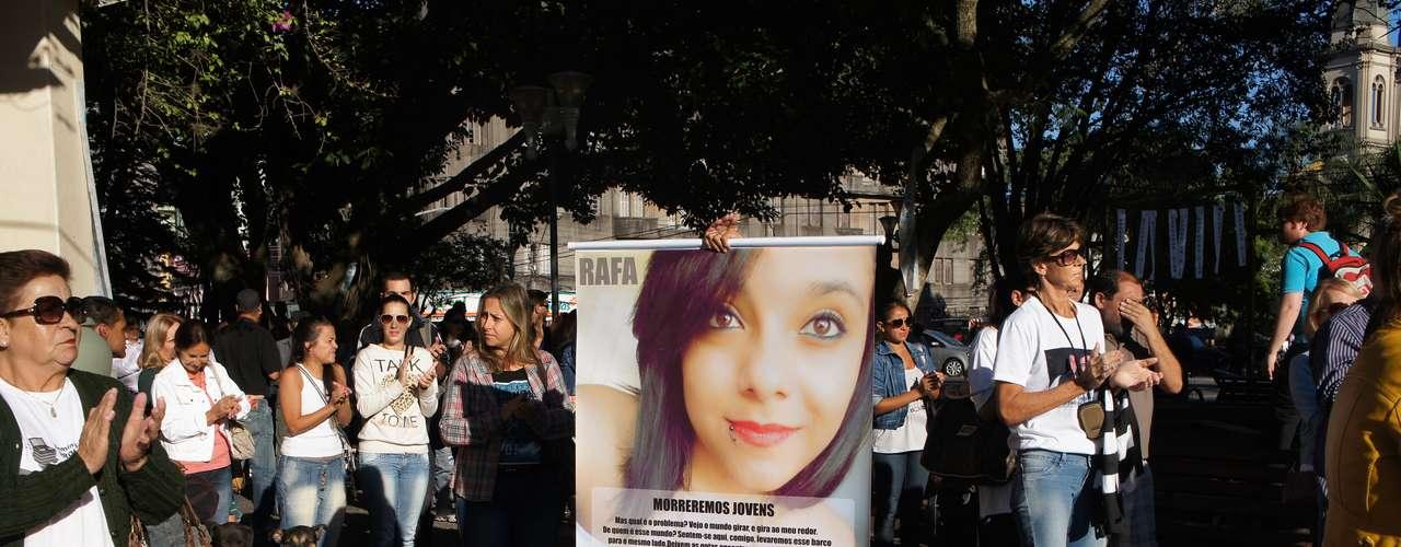 27 de fevereiro - Parentes das vítimas levaram cartazes durante a homenagem de um mês da tragédia