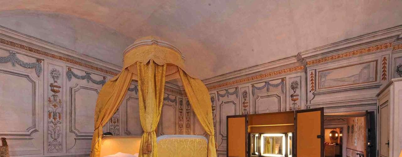 Château de Bagnols, França Considerado como um dos mais belos estabelecimentos hoteleiros da França, o Château de Bagnols é um paraíso de paz e tranquilidade num tesouro arquitetônico de mais de 8 séculos de história perto da cidade de Lyon.Diárias a partir de R$ 1 mil