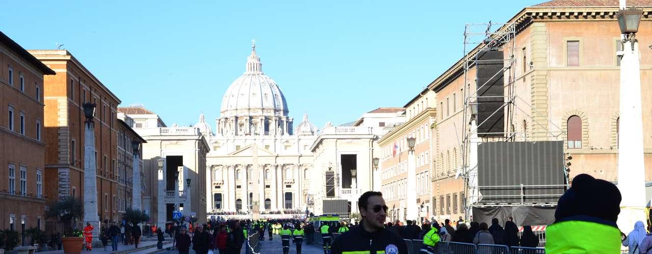 Às 7h30 desta quarta-feira (3h30 de Brasília), a polícia italiana começou a abrir as barreiras que fechavam a Praça São Pedro, em Roma, para que as cerca de 200 mil pessoas esperadas para a última audiência pública do papa Bento XVI pudessem ocupar as cadeiras dispostas no centro das famosas colunatas de Bernini