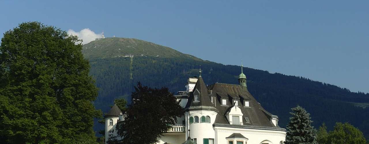Schlosshotel Igls, Áustria Construído há mais de cem anos como residência de verão de um eminente médico alemão, o Schlosshotel Igls já serviu como base para as forças aéreas alemãs durante a Segunda Guerra Mundial, e foi tomado em seguida pelos aliados.Diárias a partir de R$ 460