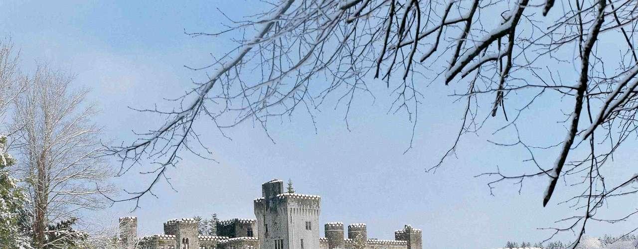Castelo de Ashford, Irlanda As primeiras pedras do Castelo de Ashford foram colocadas em 1228 e, ao longo de oito séculos, a estrutura foi crescendo e ficando cada vez mais imponente, ao lado das águas do Lago Corrib, o segundo maior da Irlanda.Diárias a partir de R$ 970