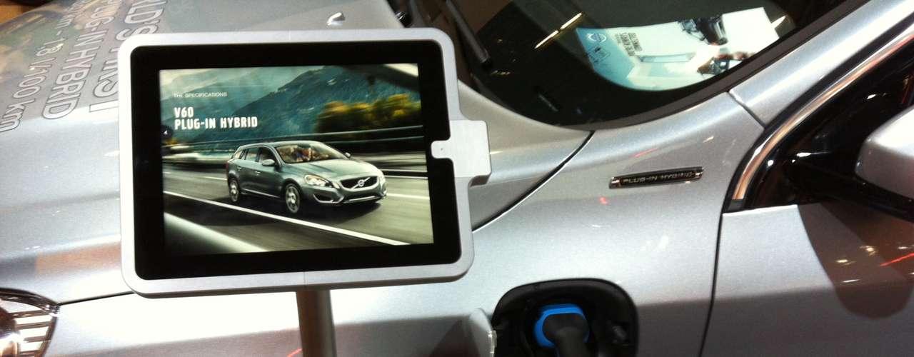A Volvo tem parceria com a Ericsson e oferece uma experiência de conexão de aparelhos móveis aos carros