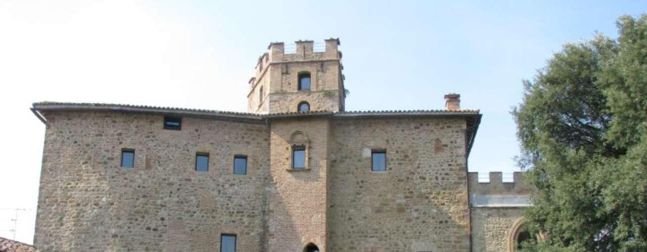 Castel Porrona, Toscana, Itália Situado num charmoso vilarejo da região da Toscana, o Castel Porrona está rodeado por vinhedos, campos de girassóis e oliveiras.Diárias a partir de R$ 286