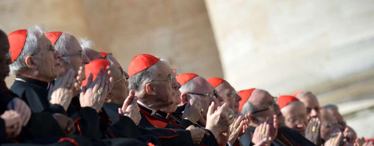 Cardeais aplaudem Bento XVI durante a chegada do Papa ao altar na Praça São Pedro