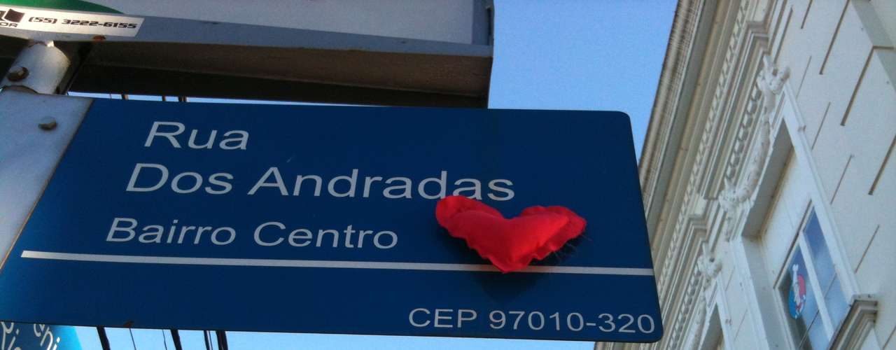 27 de fevereiro Um coração de tecido é colado na placa da rua dos Andradas, a poucos metros da Boate Kiss, em Santa Maria
