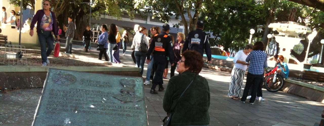 27 de fevereiro Monumentos e locais públicos receberam os pequenos corações de tecido