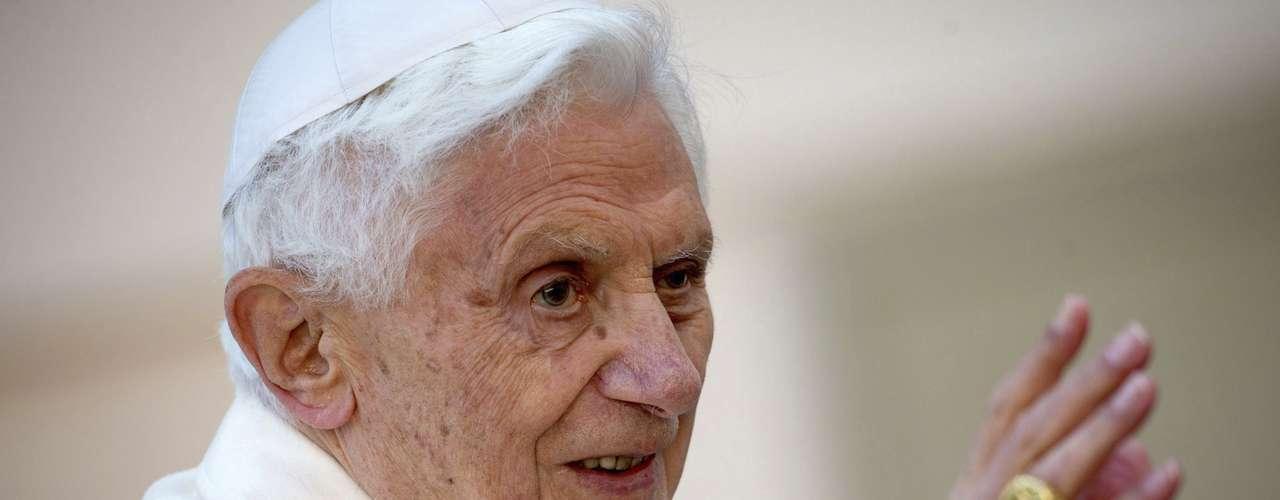 Um dia antes de sua renúnica, o papa Bento XVI fez a última audiência pública e se despediu de fiéis