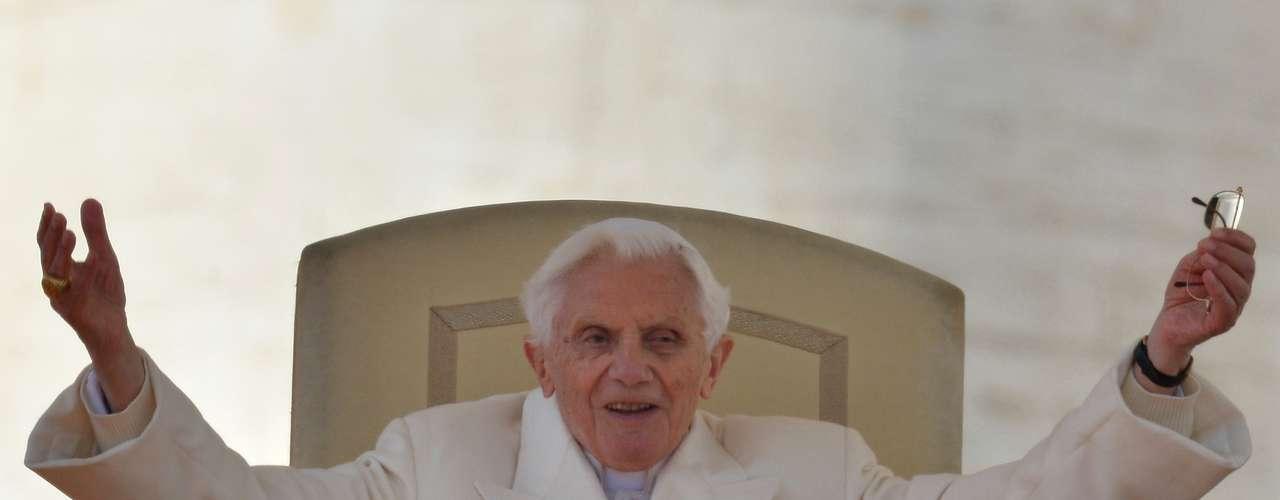 Em um discurso breve, o Papa emocionou a multidão que o aguardava na Praça São Pedro para agradecer