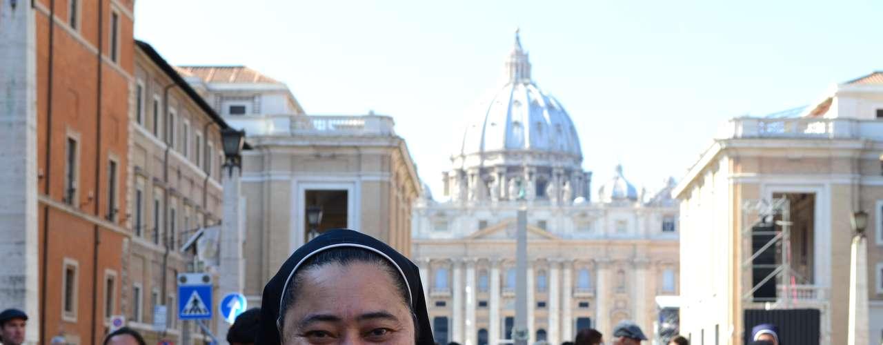 Irmã Zélia Ramires, que mora em Roma, ainda desfilava com a bandeira do Brasil quando foi abordada. \