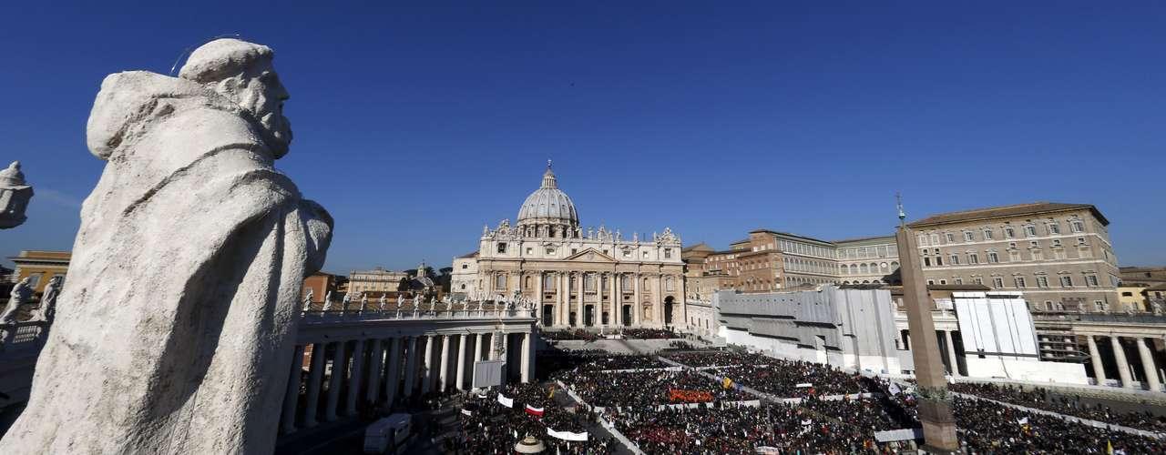 Fiéis se reúnem na Praça São Pedro, onde o Papa realiza a última audiência geral de seu Pontificado